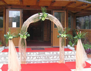 How Do I Put a Wedding Arch Decoration Together?